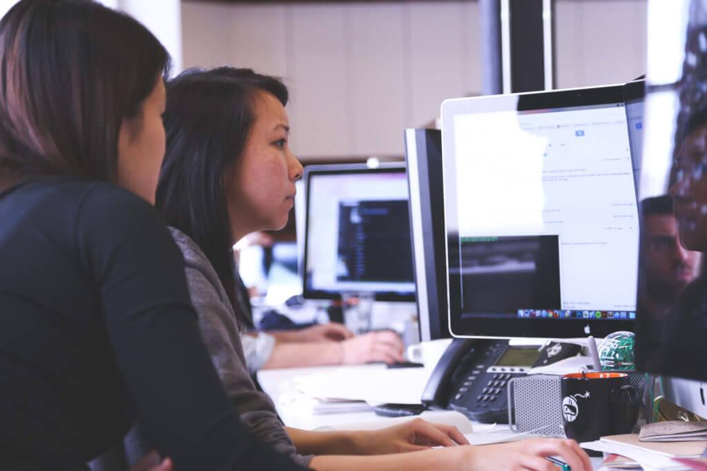 twee vrouwen achter een computer