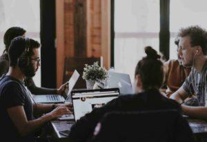 Werkende mensen in een kantoor
